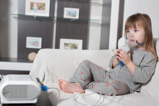 usar un nebulizador con mascarilla(1)